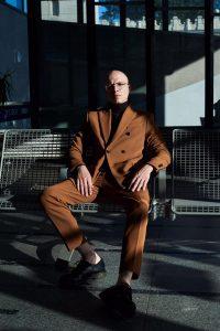 J.Wise siedzący na krześle