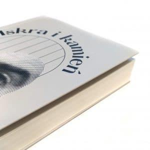 """Fragment okładki książki """"Iskra i kamień"""""""